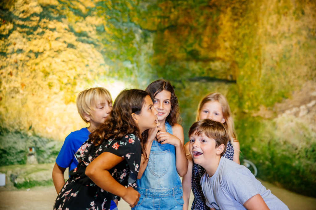 Enfants église souterraine Aubeterre